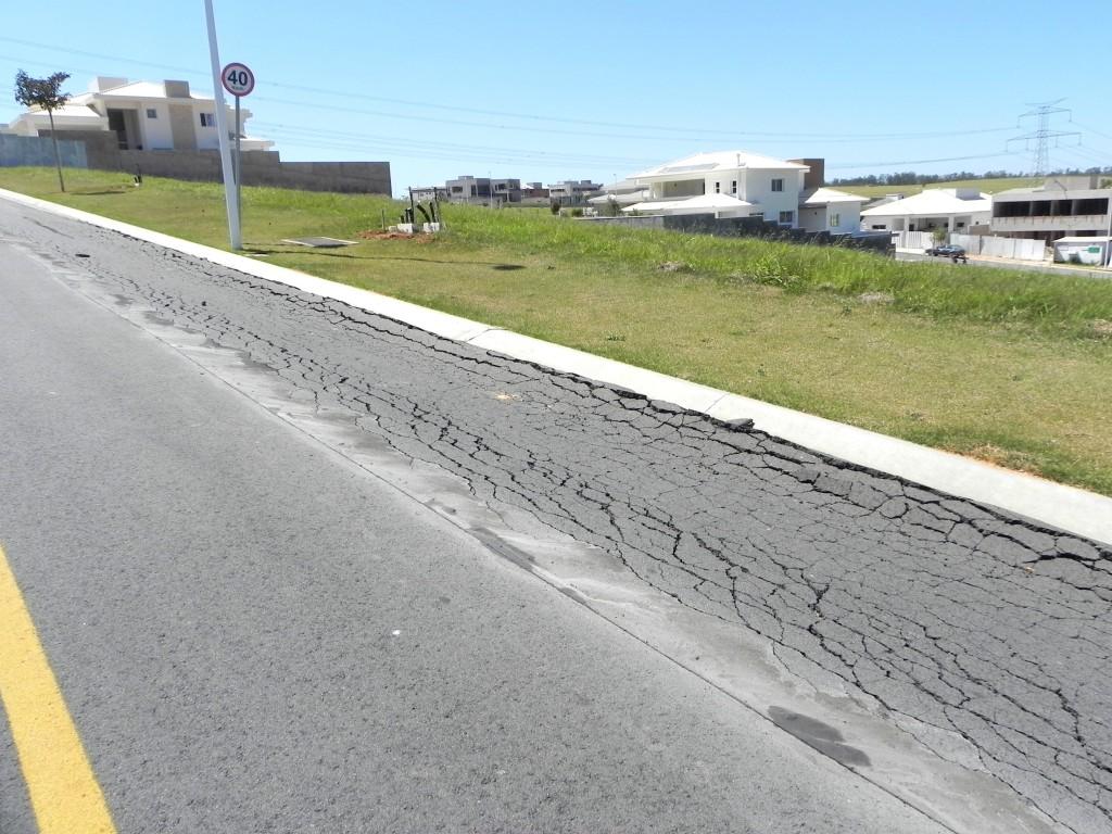 Trincas no asfalto